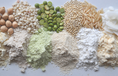 Foto de Alternative gluten-free flour, grains, seeds and legumes - teff, amaranth, corn, chickpeas, sorghum, green peas, quinoa, rice, coconut - Imagen libre de derechos