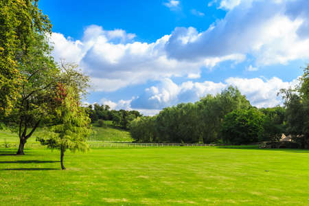 Photo pour Beauty in nature summer landscape. Countryside view of green fields in England - image libre de droit