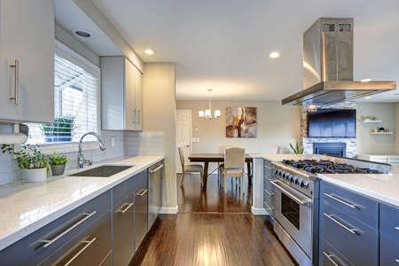 Foto de Stylishly updated kitchen with quartz countertops and stainless steel appliances. - Imagen libre de derechos