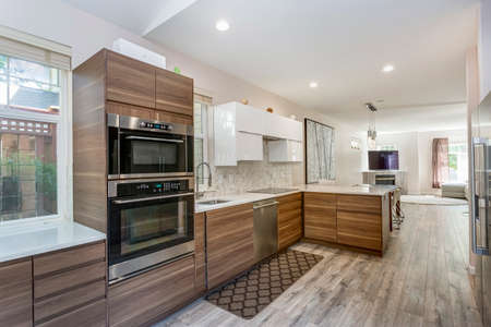 Photo pour Awesome kitchen room with quartz countertops, new wooden cabinets and modern laminate floor. - image libre de droit