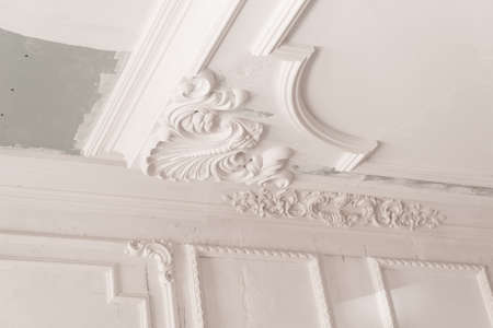 Foto de unfinished plaster molding on the ceiling. decorative gypsum finish. plasterboard and painting works - Imagen libre de derechos