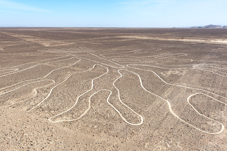 Photo pour The Tree Nazca Line viewed from observation deck, Peru - image libre de droit