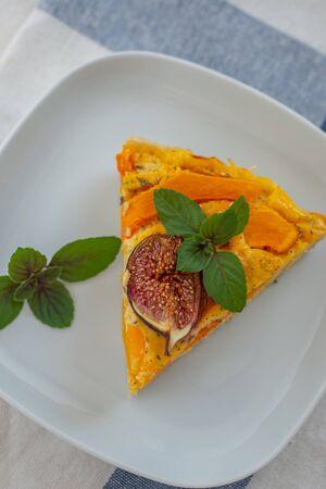 Foto de Home made pumpkin quiche lorraine on a table - Imagen libre de derechos