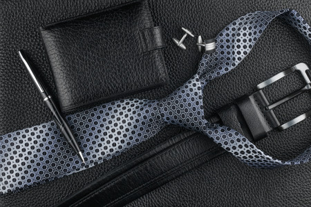 Photo pour Tie, belt, wallet, cufflinks, pen lying on the skin, can be used as background - image libre de droit