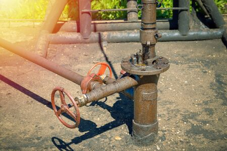 Photo pour Oil and gas processing plant with pipe line valves. Oil pipeline valves in the oil and gas industry. Valve plug an oil pipeline in the field on a sunny summer day. - image libre de droit