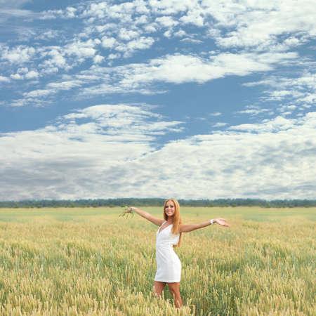 Photo pour portrait of a young free girl in a field - image libre de droit