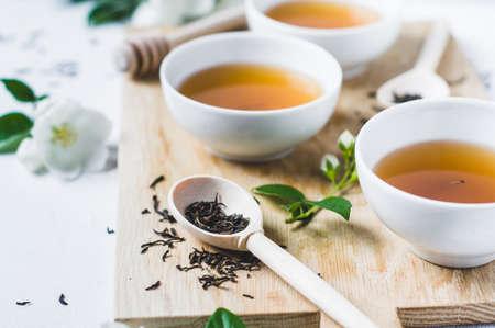 Foto de Green tea with a jasmine in white cups - Imagen libre de derechos