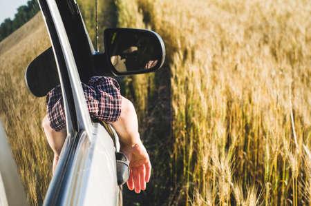 Photo pour The woman in sport utility vehicle looks out of the window - image libre de droit
