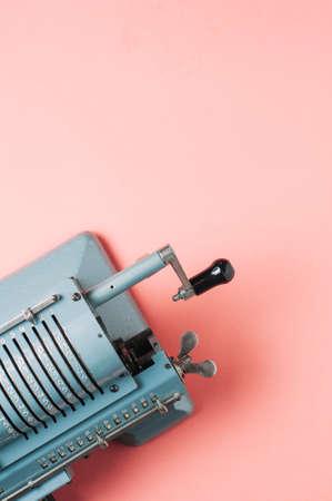 Foto de Old counting machine on pink background - Imagen libre de derechos