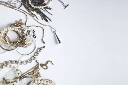 Photo pour Women's jewelry on white background - image libre de droit
