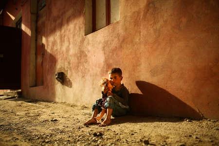 Foto de alone sad child playing on a street - Imagen libre de derechos