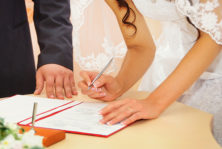 Photo pour Bride signing marriage license or wedding contract - image libre de droit
