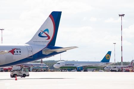 Foto de The plane goes to the airport. Air Transport. Transportation of people. Public transport. Russia, St. Petersburg, Pulkovo, official spotting on August 15, 2018 - Imagen libre de derechos