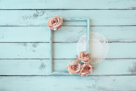 Photo pour Wooden photo frame with lace and flowers on mint shabby chic background - image libre de droit