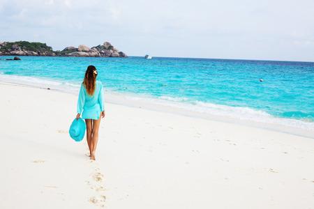 Photo pour Young girl relaxing on a tropical beach - image libre de droit