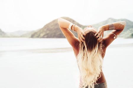 Foto de Beautiful bohemian styled and tanned girl at the beach in sunlight - Imagen libre de derechos