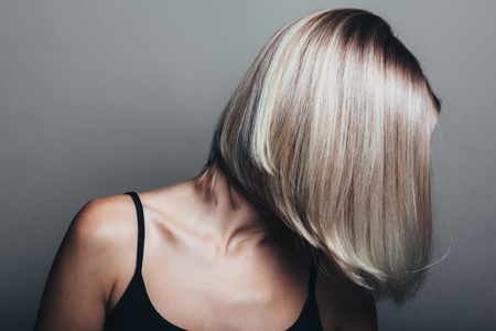 Photo pour Model with unrecognizable face with blond shiny hair. Woman bob haircut styling. - image libre de droit