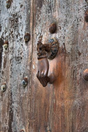 Photo pour Typical arab style doorknob in a wood door - image libre de droit
