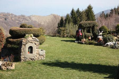 Foto de very well kept garden, well kept, in the mountains. home garden of a house or residential facility - Imagen libre de derechos