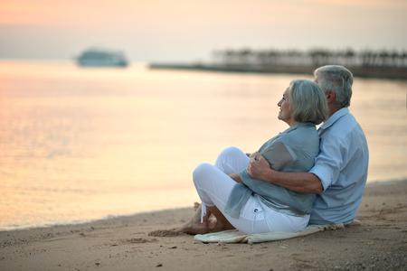 Foto de Portrait of a senior couple at sea at sunset - Imagen libre de derechos