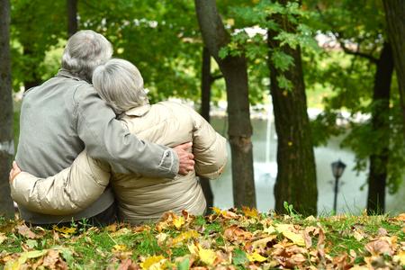 Photo pour Beautiful caucasian elderly couple in the park in autumn - image libre de droit