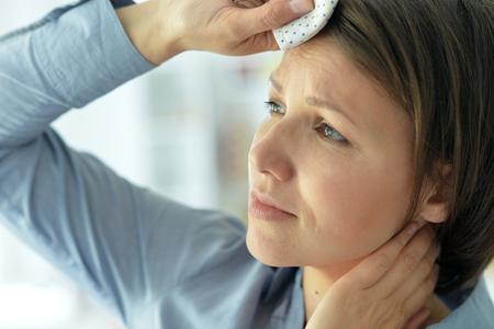 Foto de young woman with headache - Imagen libre de derechos
