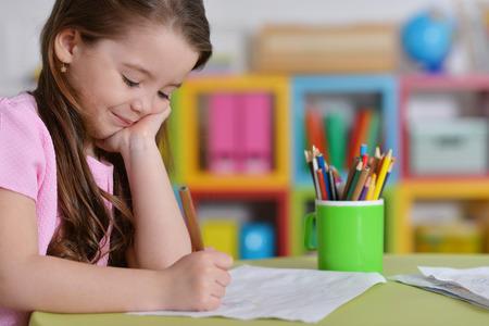 Foto de little girl in pink shirt drawing - Imagen libre de derechos