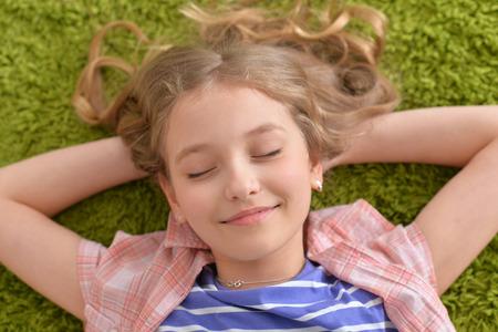 Photo pour Funny smiling little girl - image libre de droit