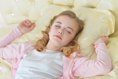 Photo pour Close-up portrait of cute little girl sleeping - image libre de droit