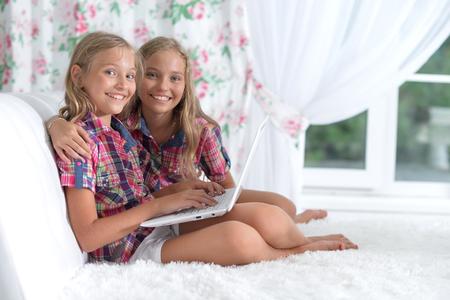 Photo pour two adorable twin sisters - image libre de droit