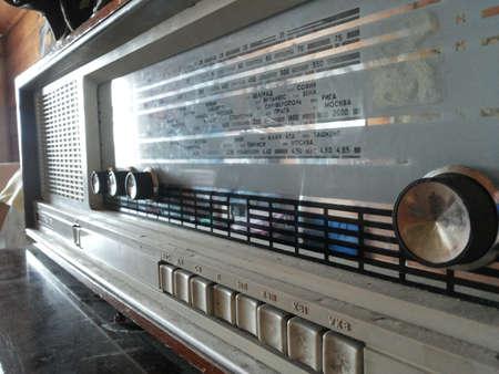 Foto de Old/vintage radio from side view - Imagen libre de derechos