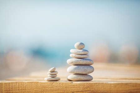 Photo pour zen stones jy wooden banch on the beach near sea  Outdoor - image libre de droit