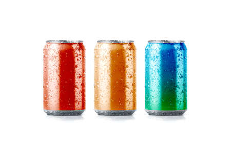 Foto de Blank colors aluminium soda can mockup with drops, 3d rendering. Empty fresh fizzy pop packing mock up with condensate, isolated. Canned dripping drink template. - Imagen libre de derechos