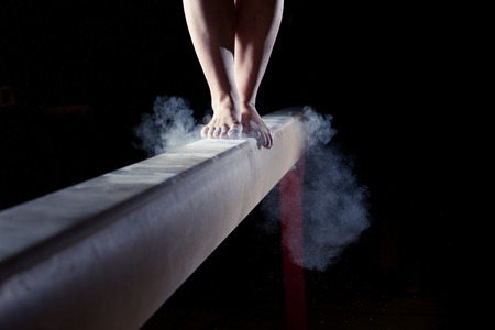 Photo pour feet of gymnast on balance beam - image libre de droit