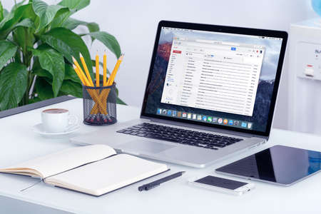 Foto de Varna, Bulgaria - May 29, 2015: Google Gmail email inbox interface on the Apple MacBook Pro screen that is on office desk. Gmail is a free email service provided by Google. All gadgets in focus. - Imagen libre de derechos