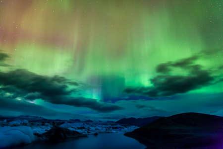 Photo pour Aurora borealis over Jokulsarlon lagoon in Iceland - image libre de droit