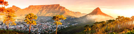 Photo pour Panoramic view of Cape Town, Table Mountain and Lions Head in South Africa - image libre de droit