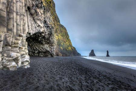 Foto de Basalt cave at at Reynisfjara Beach in Southern Iceland - Imagen libre de derechos