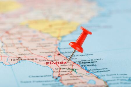 Photo pour Red clerical needle on a map of USA, South Florida and the capital Tallahassee. Close up map of South Florida with red tack, United States map pin USA - image libre de droit