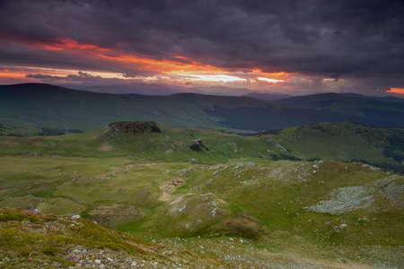 Photo pour Summer sunrise landscape in the Carpathians Mountains, on Transalpina mountain road, Romania - image libre de droit