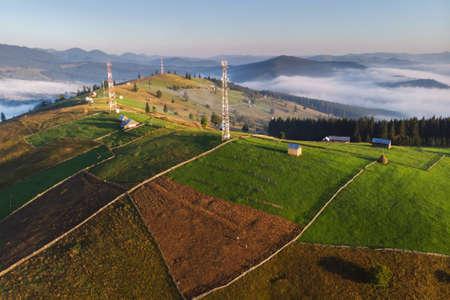 Photo pour Telecommunication tower antenna on a green hill - image libre de droit