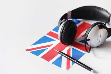 Foto de Learning foreign languages. Notepad for entries and a flag. - Imagen libre de derechos