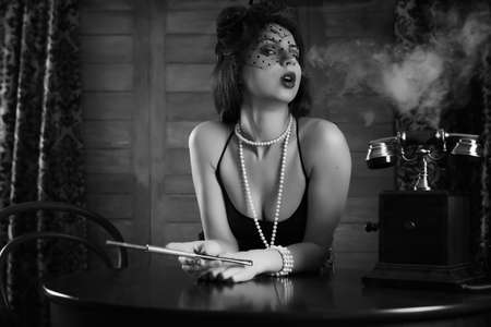Photo pour Beautiful 1930's girl smokes monochrome - image libre de droit