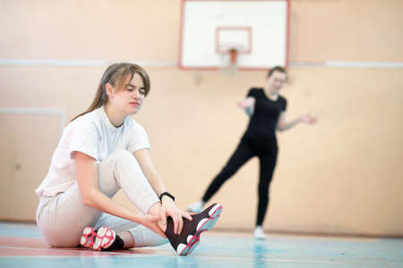 Photo pour Girl in the gym playing a basketball - image libre de droit