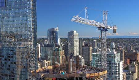 Photo pour New construction of high-rise building in downtown - image libre de droit