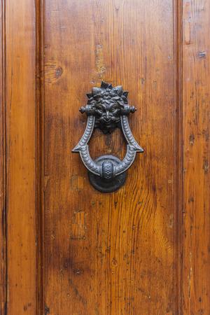 Photo pour Texture of old wooden door - image libre de droit