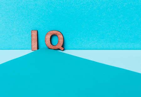 Foto de word IQ on a blue background. Intellect and mind - Imagen libre de derechos
