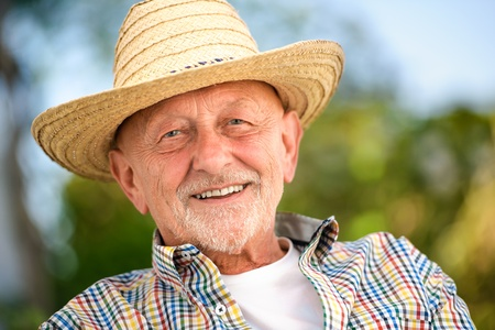 Photo pour Portrait of senior man outdoors - image libre de droit
