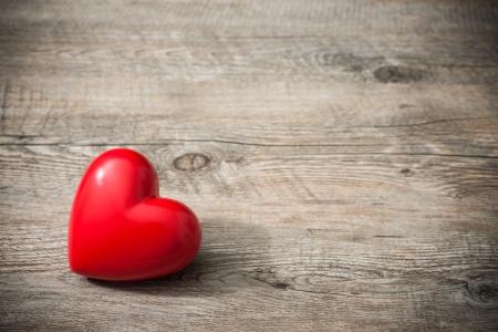 Foto de Red heart on wooden background, Valentines Day background - Imagen libre de derechos