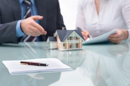 Photo pour Discussion with a real estate agent at the office - image libre de droit